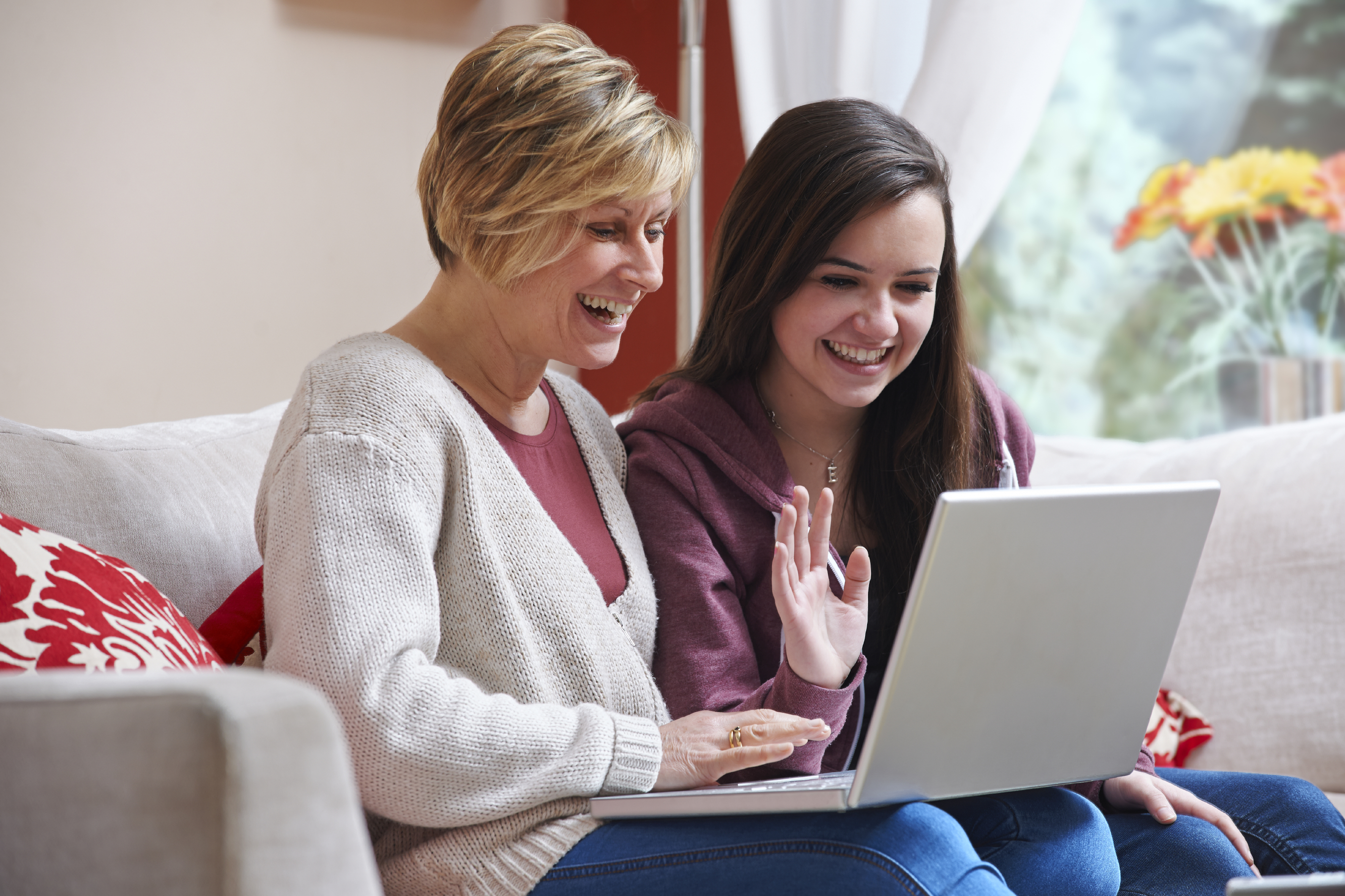 college mom college application survival tips parentmap mother and daughter looking at colleges on the computer