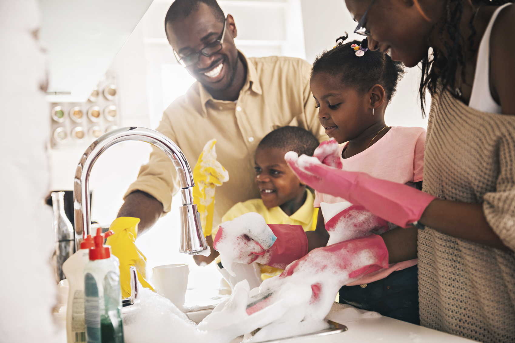 happy family washing dishes together