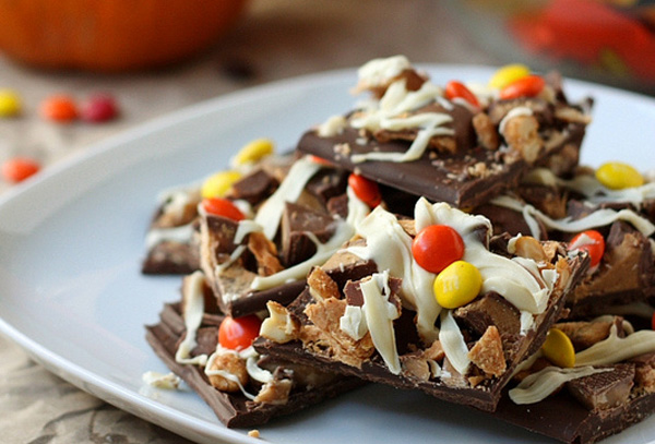 Halloween treats: Hallowene candy bark by Completely Delicious