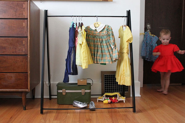 DIY organizing ideas: DIY garment rack for kids by Smile and Wave