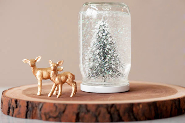 Homemade Christmas snow globes by The Sweetest Occasion