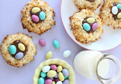 Easter coconut macaroons by Two Peas and Their Pod