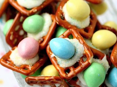 Easter pretzel treats by The Curvy Carrot