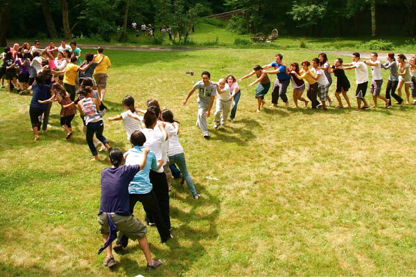 Cheap indoor and outdoor party games for kids parentmap for Good backyard games