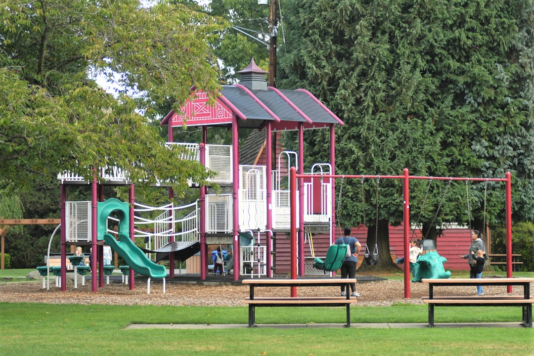 Barn-play-structure-Jennings-Memorial-Park-Marysville-playground-destination