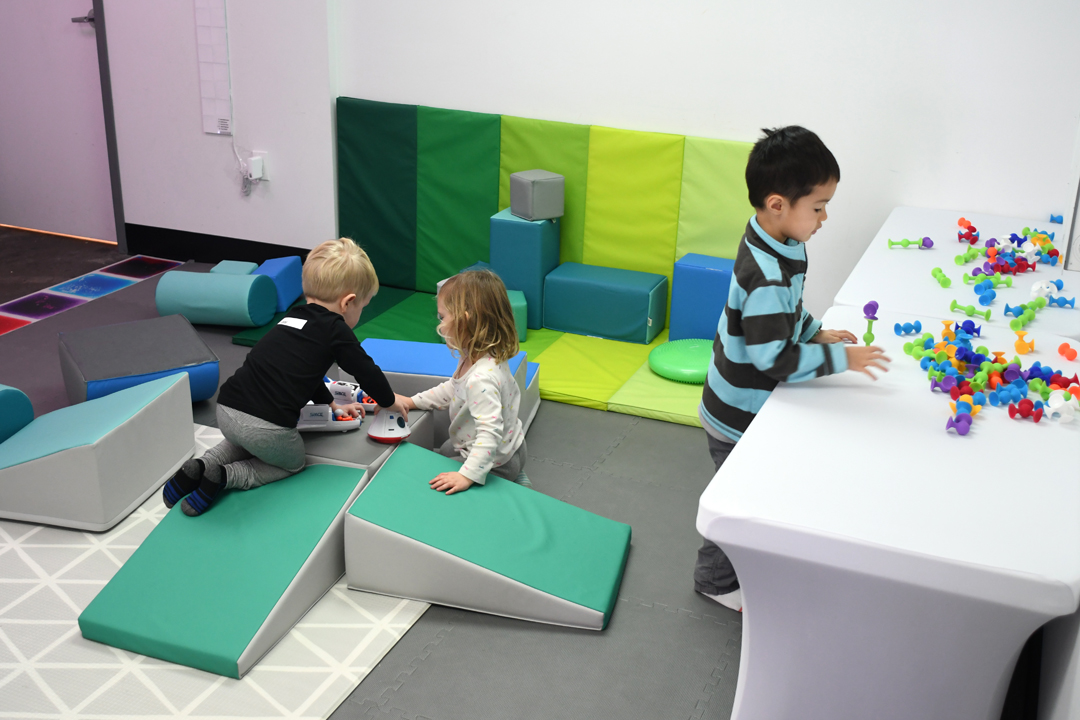 Outer-space-west-seattle-indoor-play-space-sensory-room-kids-playing