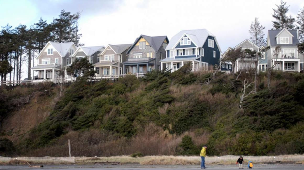 Seabrook-beach-homes-on-bluff-overlooking-beach-easy-family-getaway-from-seattle