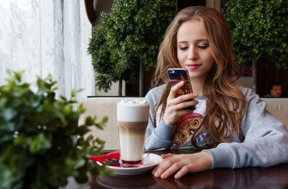 teen-girl-with-phone