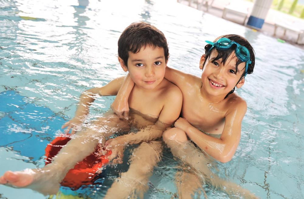 boys-swimming-in-hotel-swimming-pool-seattle-best-hotels-families-kids