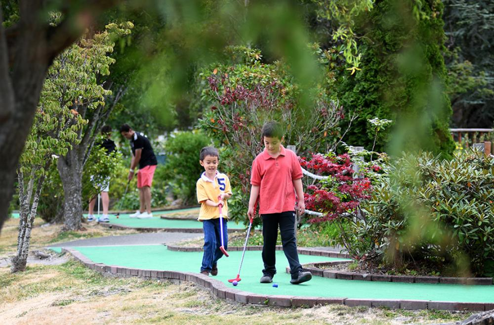 brothers playing mini golf at interbay credit JiaYing Grygiel