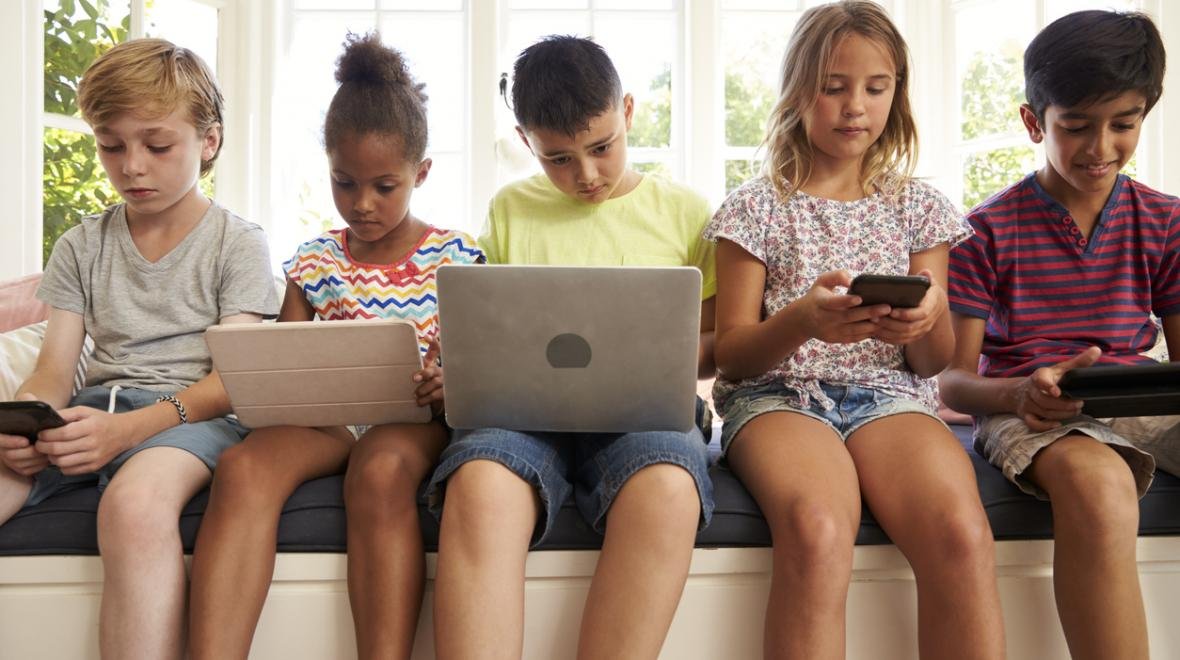 kids-using-technology