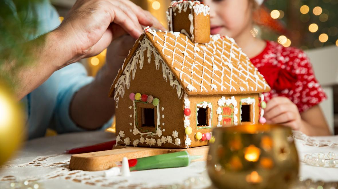 Gingerbread-house-building-holiday-fun-budget-cheap-free-kids-families-tacoma-south-sound