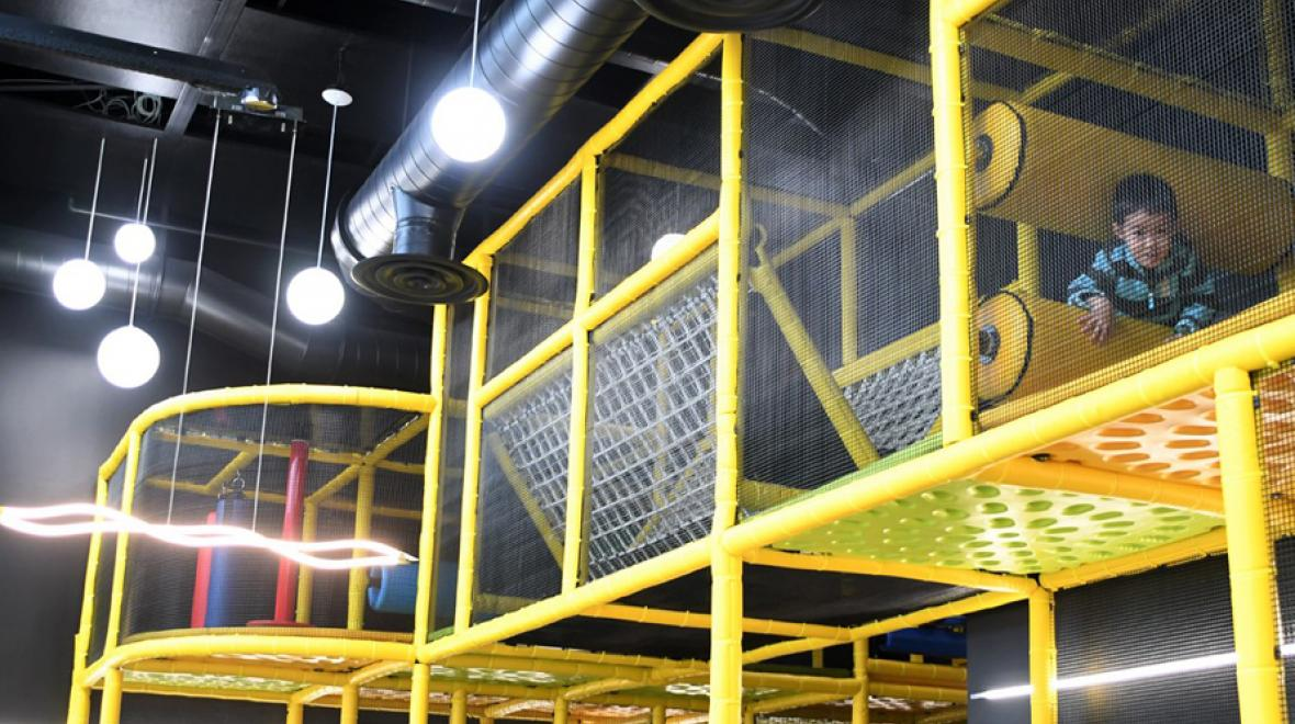 Kids-playing-at-Outer-Space-new-indoor-play-space-kids-families-west-seattle-beyond