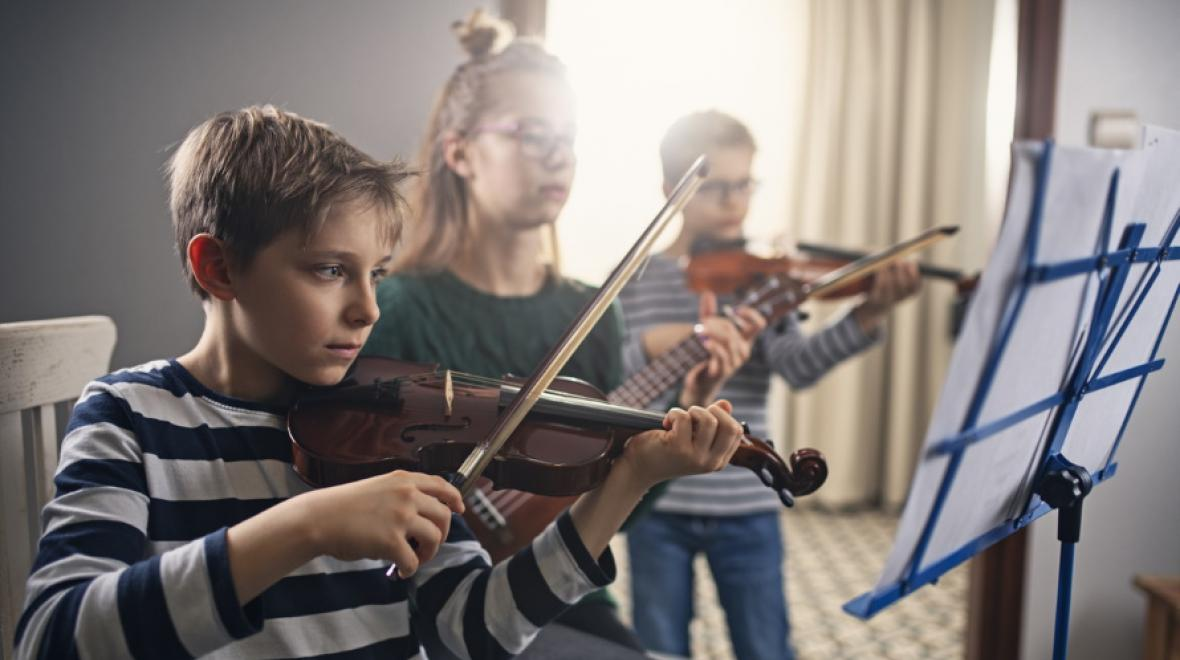 kids-practicing-music-together