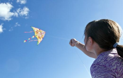 Girl-looking-up-at-kite-where-to-fly-kites-seattle-area-puget-sound-how-to-get-started