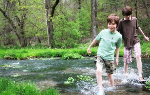 boys-crossing-stream-on-spring-summer-hike-seattle-tacoma-bellevue-activities-weekend-beyond