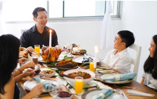 Asian-family-eating-Thanksgiving