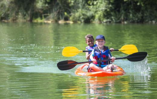 kids-in-shared -kayak-at-camp