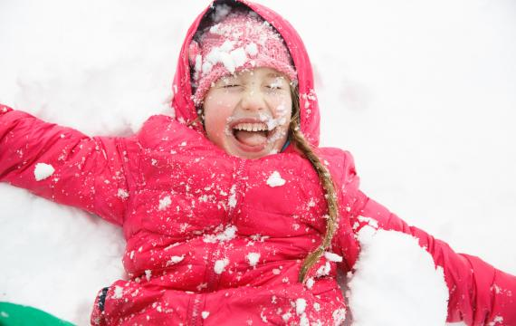 Girl-playing-in-the-snow-best-weekend-events-activities-seattle-kids-families-bellevue-tacoma-eastside-south-sound
