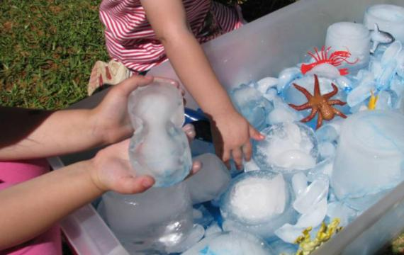 Toddlers-playing-with-ice