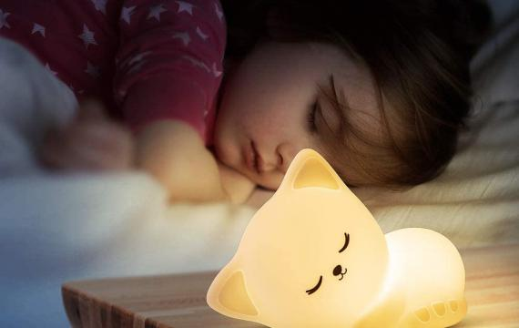 Kid-using-night-light